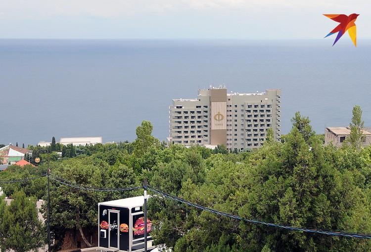 Главное градообразующее предприятие в Форосе – это отель санаторного типа с одноименным названием. Стоит он прямо на берегу моря и вид из номеров открывается чудный – или на Форосскую бухту, или на большой зеленый парк.