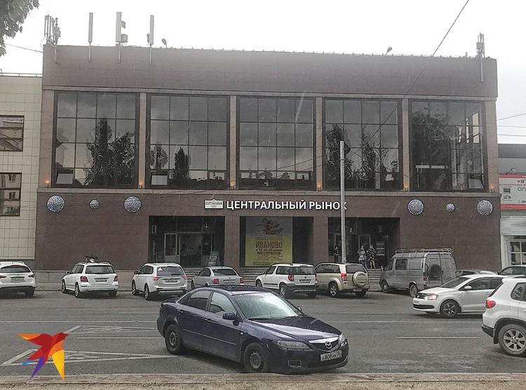 У здания Центрального рынка Волгограда.