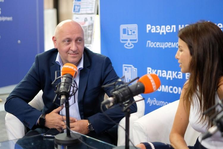 """Сергей Скляр в мобильной студии """"КП""""."""