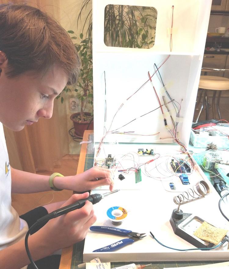 Школьник сам написал компьютерную программу и собрал систему. Фото: из семейного архива.