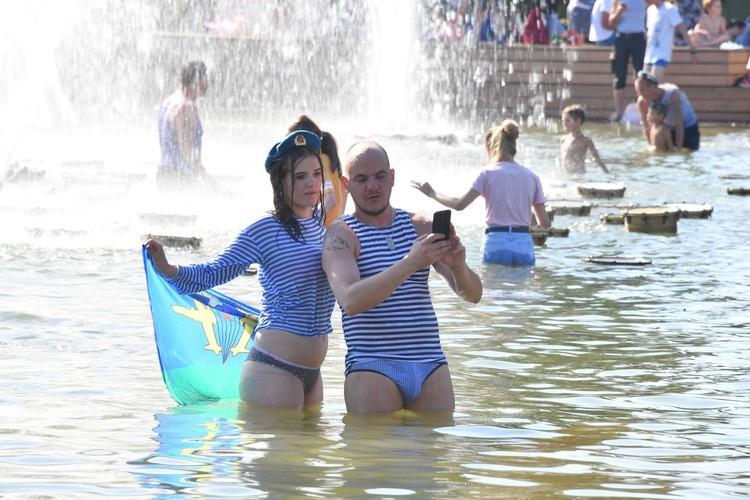 К «ВДВ-шникам», купающимся в фонтанах, десантники относятся к презрением