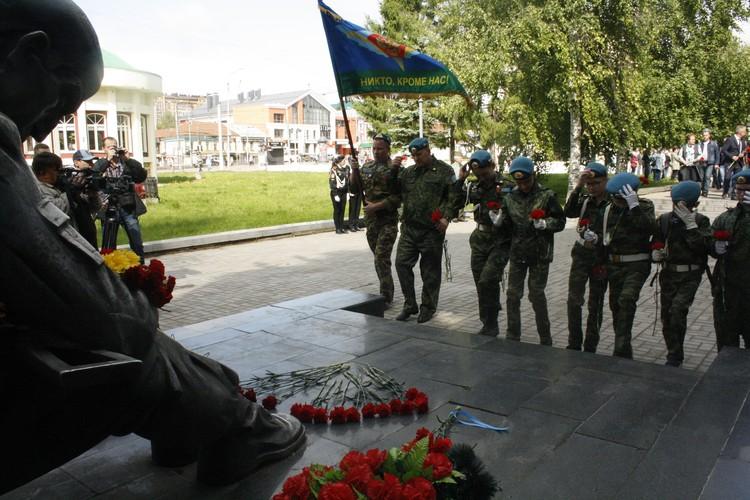 Десантники, кадеты возложили цветы к памятнику воинам-интернационалистов