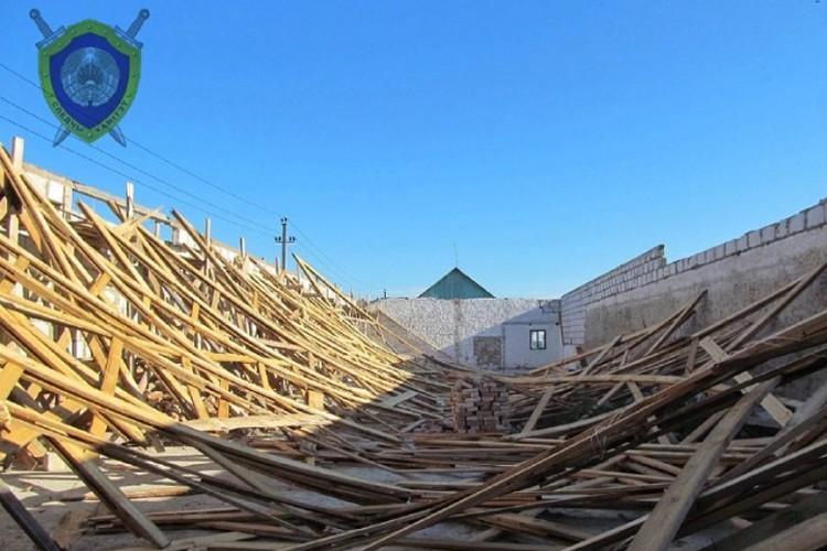 Из-за порыва ветра стропильная система обрушилась прямо на рабочих. Фото: СК.
