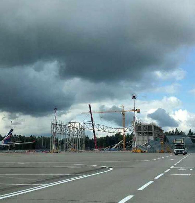 Обрушились сборные конструкций основания крыши ангара для воздушных судов. Фото: Саина Шикарова