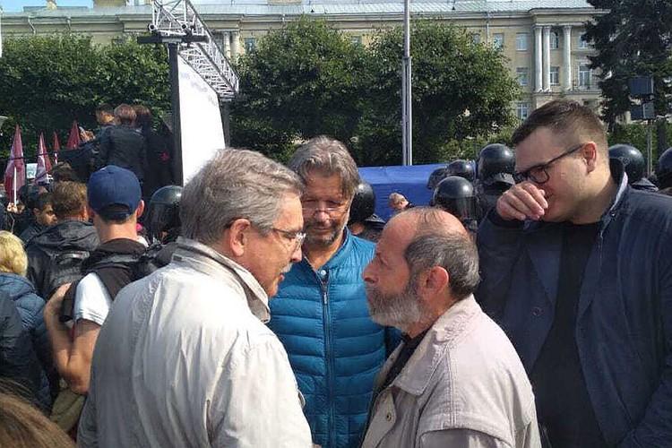 После речей ораторы спускались в народ за своим куском славы. Фото: Дмитрий Борисенко.