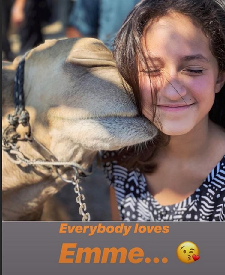 Дочка звезды Эмма осталась в восторге от верблюдов. Фото: Инстаграм.