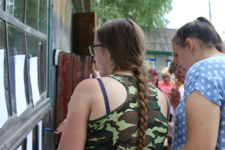 Дети знакомятся с расписанием Фото: Кристина РУКОСУЕВА