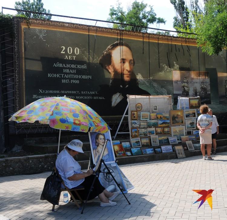 А рядом с галереей Айвазовского устроились современные художники и мастера художественных промыслов со своей художественной и не очень продукцией.