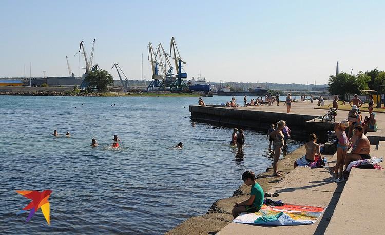 Дикий пляж напротив рыбного порта практическ не оборудован, хотя вода здесь теплая и чистая