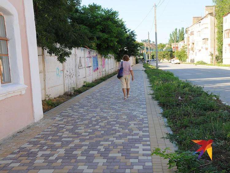 Типичная старая Керчь: аккуратные, хотя и ветхие домики, свежая плитка на тротуарах