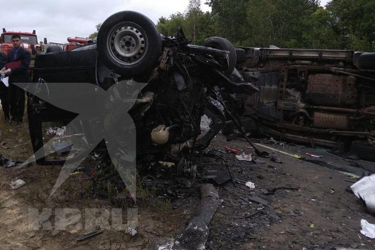 Автомобили превратились в груды искареженного металла. Фото: предоставлено очевидцем.