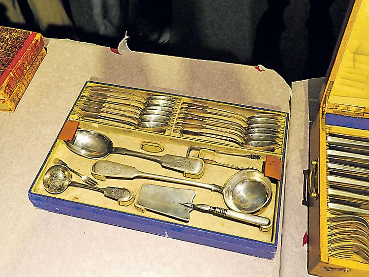 Столового серебра с клеймом Фаберже в коллекции несколько наборов.