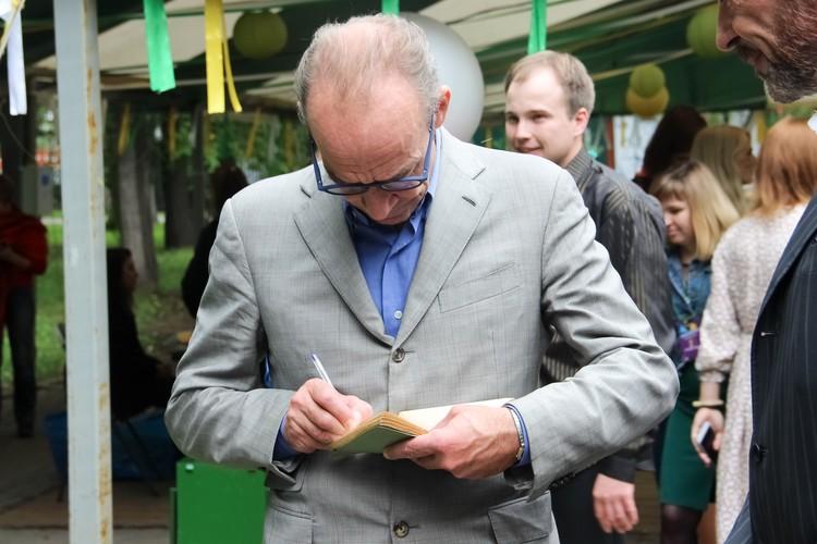 Повзрослевший Электроник охотно раздает автографы.