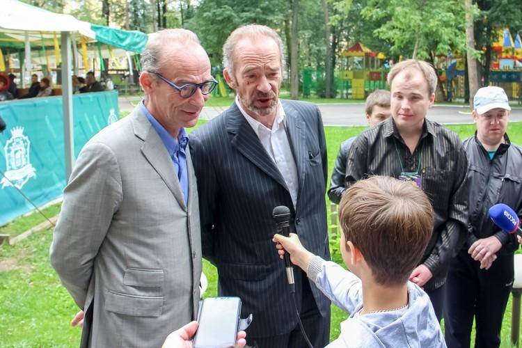 И оба с серьезным видом дают интервью юному журналисту.