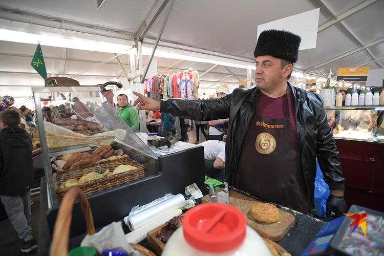 Эффектный мужчина в папахе из Адыгеи уже 4 года экспериментирует с винной кулинарией: сыры, мясо, хлеб, томаты. И его рекомендует половина ярмарки
