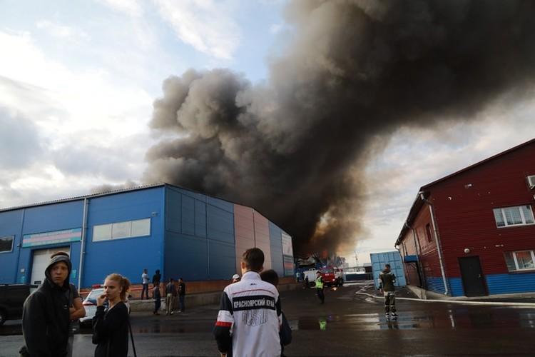 Даже после того, как огонь затушили, вокруг стоит стойкий запах сгоревших продуктов