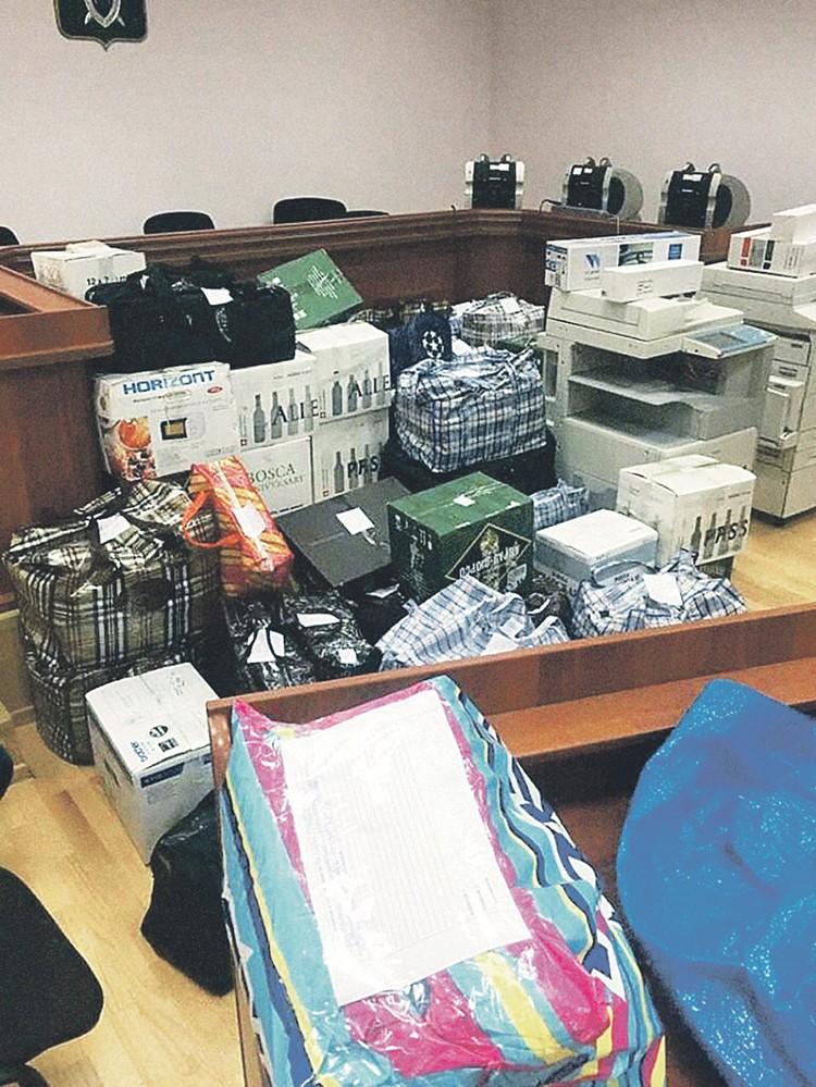 В этих сумках в зале суда - вещдоки: черный нал. Задержанные во время спецоперации точно не пользовались услугами легальных банков. Фото: Оперативная съемка