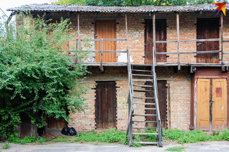 В центре города много дворов с такими сараями - в них жильцы хранят разные вещи, инструменты и даже закатки.