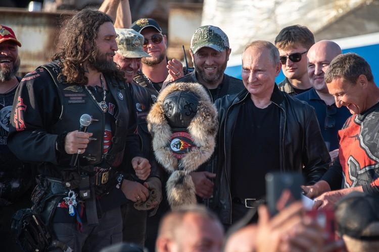 """Владимир Путин в окружении """"Ночных волков""""."""