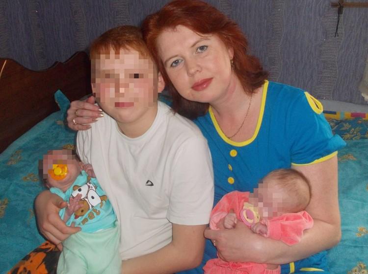 Мальчик охотно помогал с близнецами, нянчил их, когда они были совсем маленькими