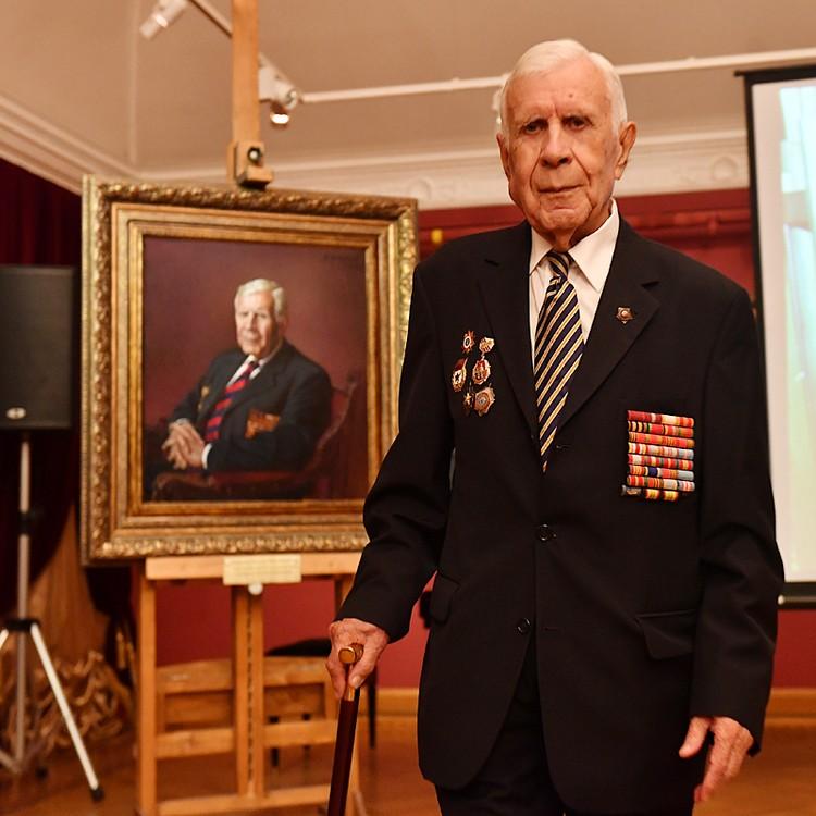 Позировал мастеру на сей раз 91-летний ветеран ВОВ, участник битвы на Курской дуге Виталий Коротков