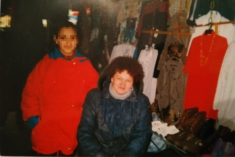 Чтобы накопить на квартиру, мама с дочкой торговали на рынке. Фото: семейный архив.