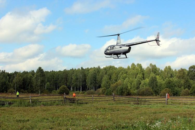 Вертолеты осматривают лес с воздуха. Фото: Екатерина Кутейникова