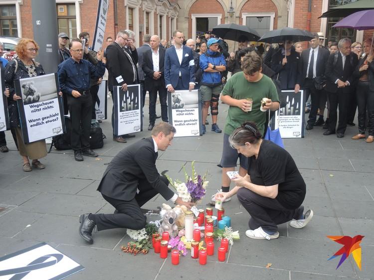 Свечи в память о восьмилетнем ребенке, убитом мигрантом.