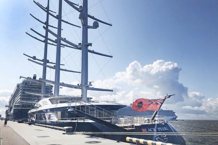 """Судно движется за счет энергии ветра и солнца. По словам владельца, построено оно не для развлечения - это полноценный научный проект. Фото: пресс-служба порта """"Морской фасад""""."""