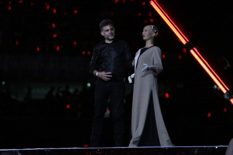 Последним на сцену вышел робототехник Дэвид Хэнсон и его говорящий робот София.