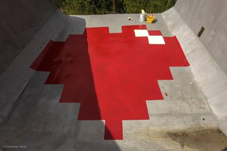 """Арт-объект с сюрпризом - в кузове """"Белаза"""" изображено большое красное сердце."""