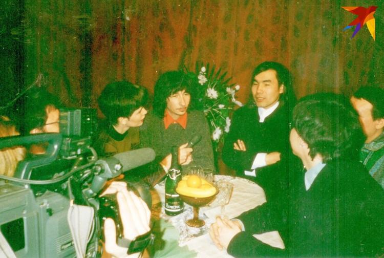 Иногда артистов ловили в гримерках или даже в кафе, как «А-Студио».