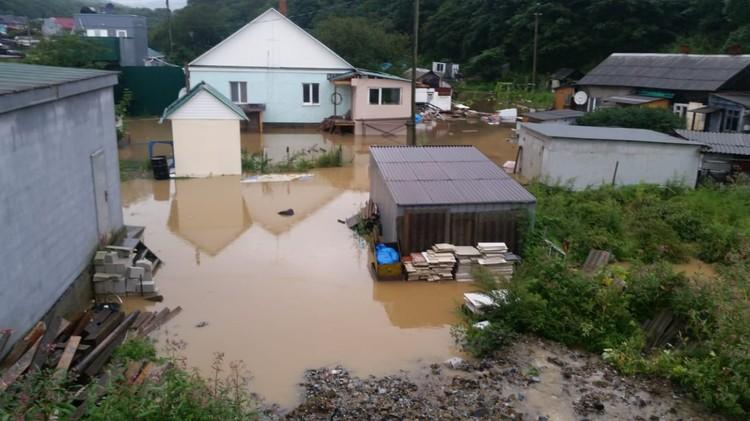 Из берегов из-за сбросов с водохранилищ вышла река Богатая в пригороде Владивосток