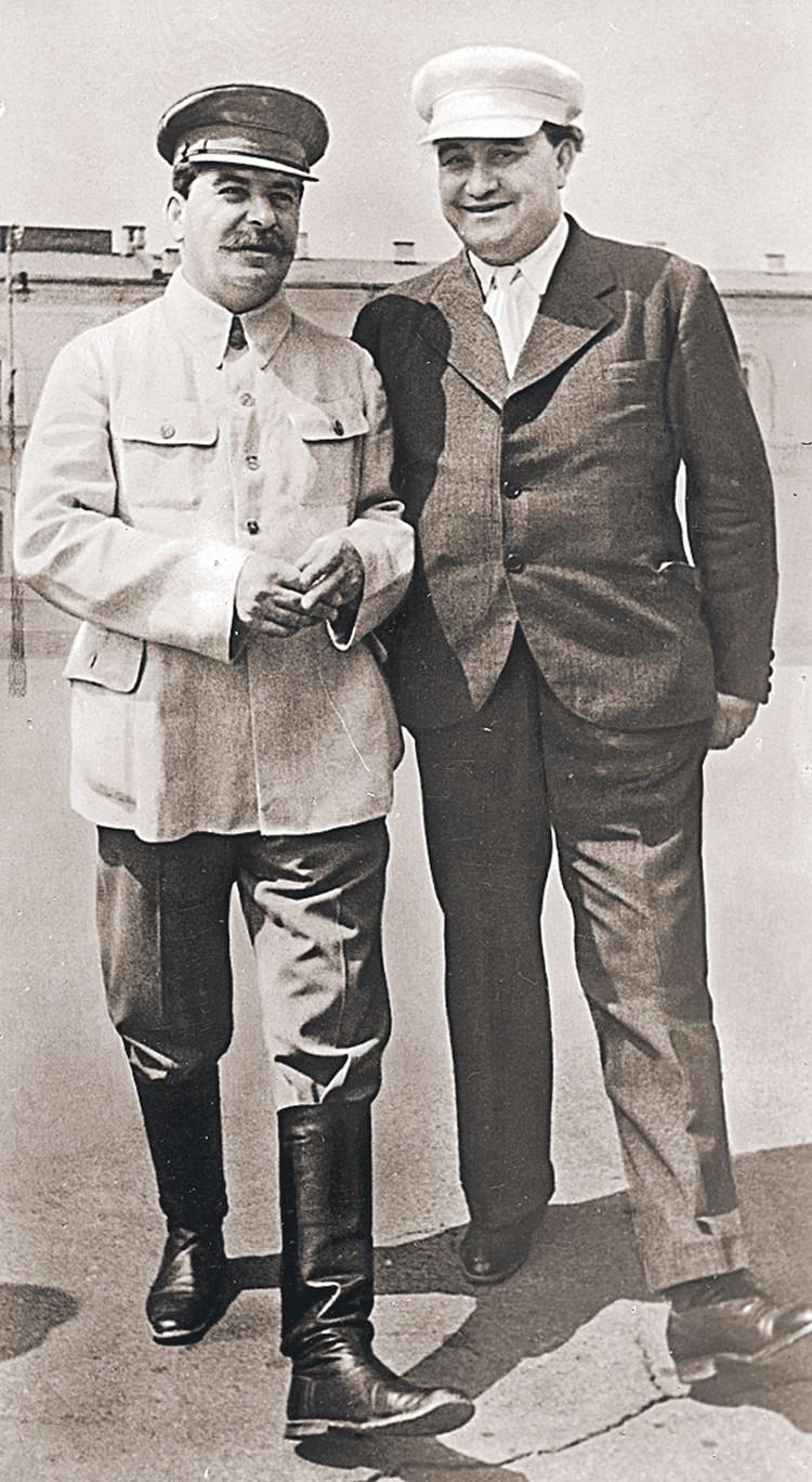 «Вождь народов» Иосиф Сталин объяснил главе Коминтерна Георгию Димитрову (справа), как компартии в мире должны относиться к войне в Европе и к роли в ней СССР.