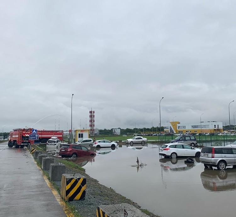 Подтопленная парковка аэропорта. Фото: airport_vladivostok