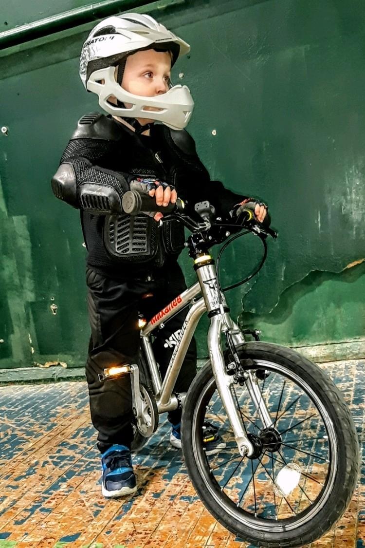 На велосипеде Матвей всегда чувствует себя уверенно.
