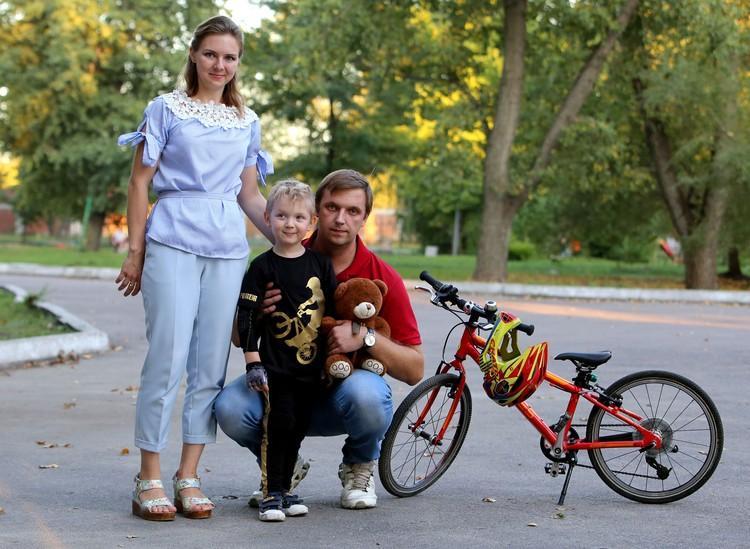 Матвей с мамой и папой.