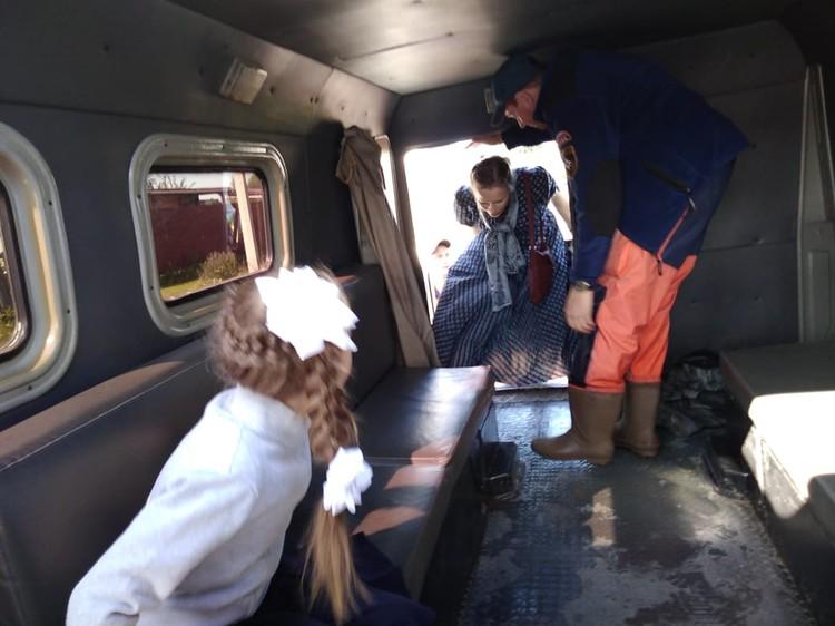 Спасатели доставили детей из подтопленных сел на торжественную линейку