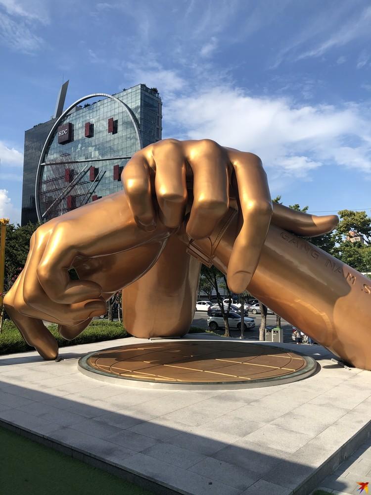 Памятник рукам PSY в Сеуле