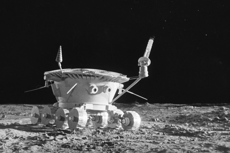 Российские исследователи, работая с грунтом, который привез Луноход, лет десять назад напечатали статью о том, что образцы обладают необычными наносвойствами