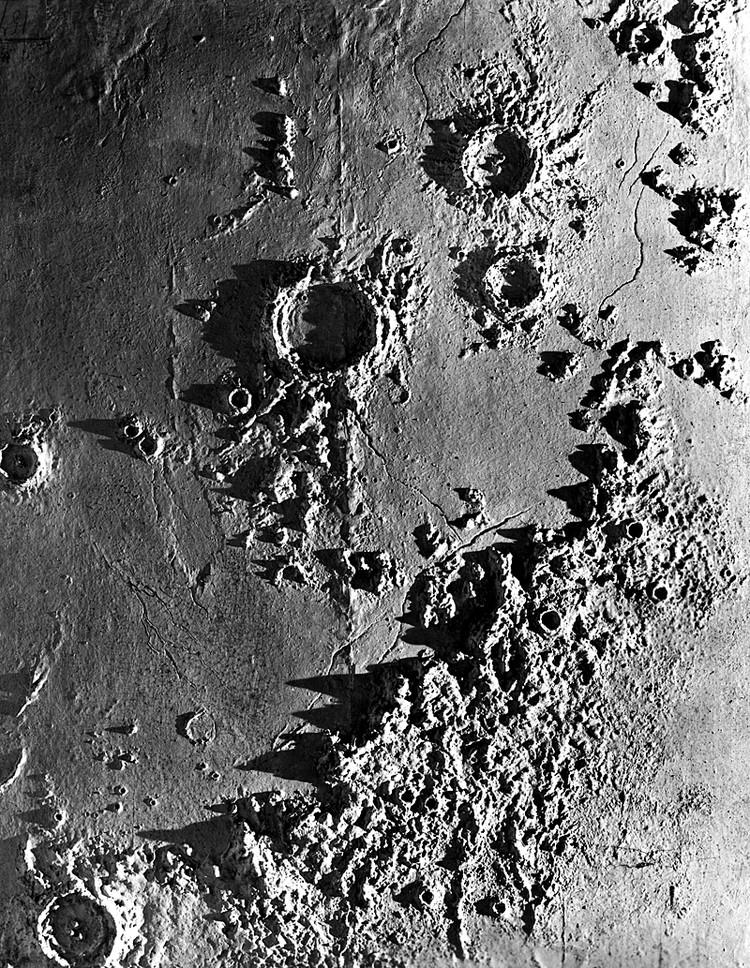 Луна геологически активна. Как установили ученые еще в 1940-х годах, из ее недр периодически извергаются некие газы