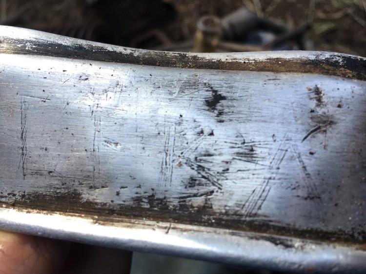 Крышка солдатского котелка с нацарапанными на нем буквами