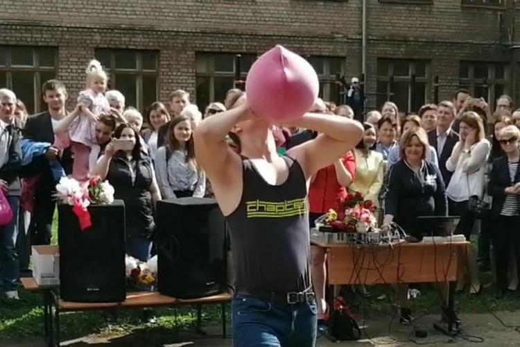 Для Ильи Клиницкого надуть грелку как воздушный шарик - плевое дело. Фото: Елена Клиницкая.