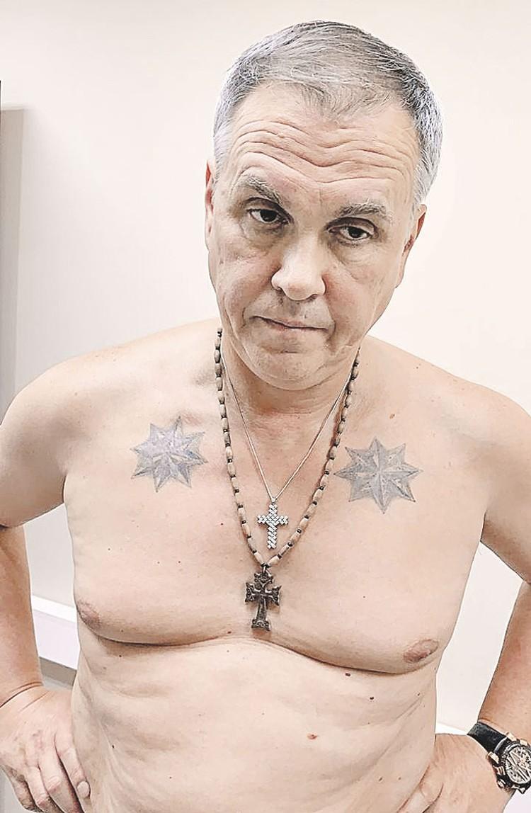 Олег Мухаметшин. Татуировки в виде звезд означают, что человек не подчиняется тюремному режиму. Фото: primecrime.ru