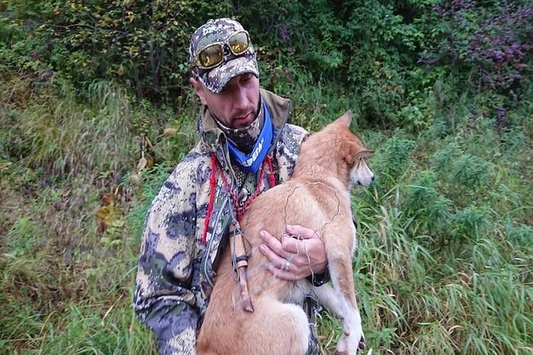 Геннадий показывает собаку и петлю из проволоки, в которой ее нашел. Фото: Геннадий БЕЛОВ.