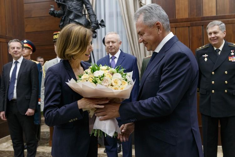 На встрече с коллегой из Франции Сергей Шойгу предстал не только министром обороны, но и галантным кавалером