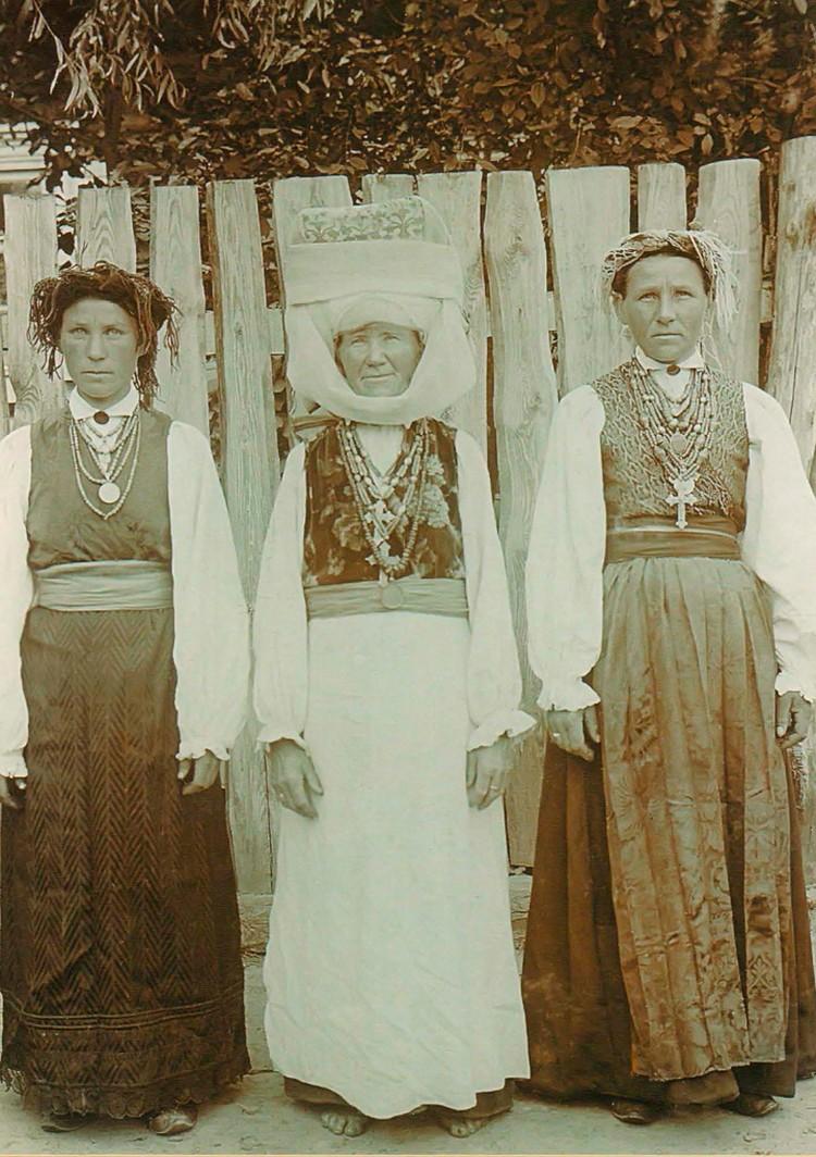В праздник одевали лучшие наряды и украшения. Снимок сделан в Давыд-Городке в 1912-м, его героиням – от 26 до 55 лет. Фото: Исаак СЕРБОВ