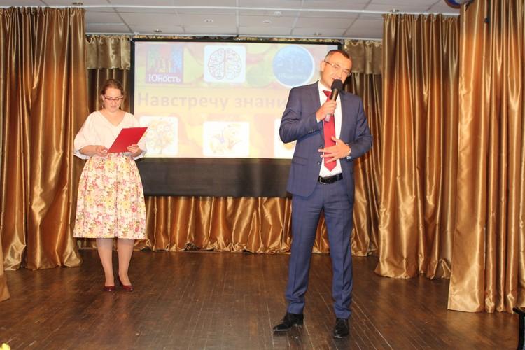 Глеб Дебов поздравляет всех присутствующих с праздником «День знаний». Фото: Ксения ПОЛТОРАНИНА.