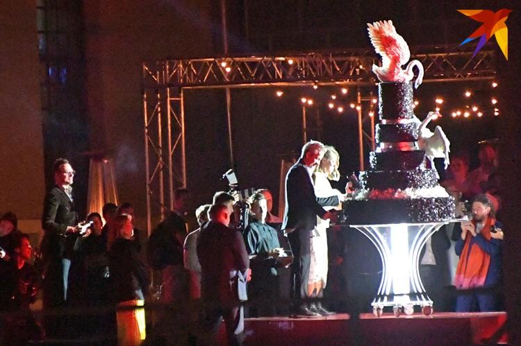 Гигантский свадебный торт с лебедем.