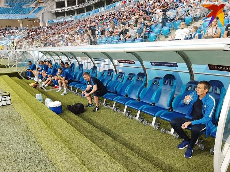 Накануне матча руководство уволило треренский состав. Игра прошлла при пустях тренерских скамейках.